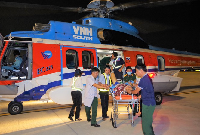 Hai bệnh nhân được đưa về bằng trực thăng.