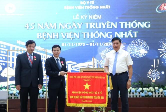 Bệnh viện Thống Nhất nhận cờ thi đua của Chính phủ.