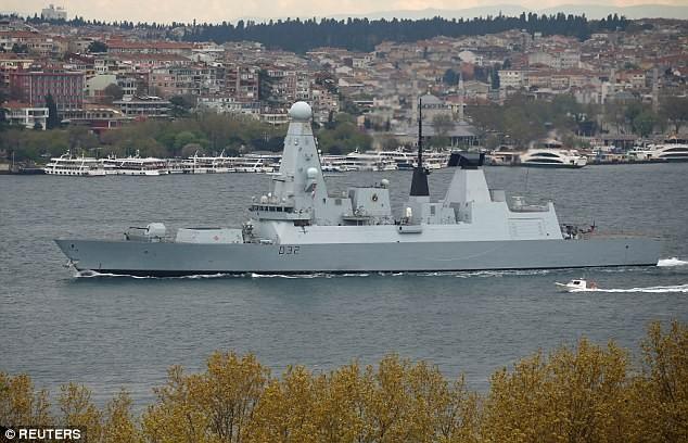 Tàu khu trục HMS Daring của Hải quân Hoàng gia Anh đi ngang Istanbul (Thổ Nhĩ Kỳ) trên đường đến biển Đen. Ảnh; Reuters