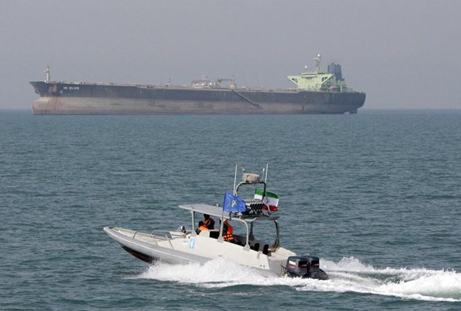 Lực lượng Iran tiến sát một tàu chở dầu. Ảnh minh họa: AP