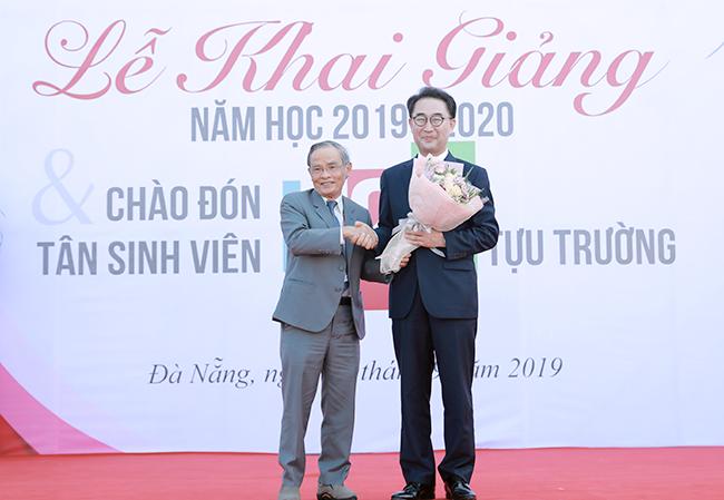 AHLĐ, NGƯT Lê Công Cơ - Chủ tịch Hội đồng Trường, ĐH Duy Tân tặng hoa chúc mừng GS. TS. Lim Sang Taek nhận giải thưởng của Tổng thống Hàn Quốc