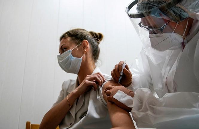 Một nhân viên y tế Nga tiêm vắc-xin COVID-19 ngày 12/10. Ảnh: Reuters