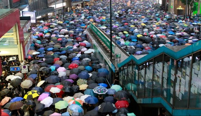 Đám đông biểu tình trong công viên Victoria ở Hong Kong. Ảnh: Getty Images.
