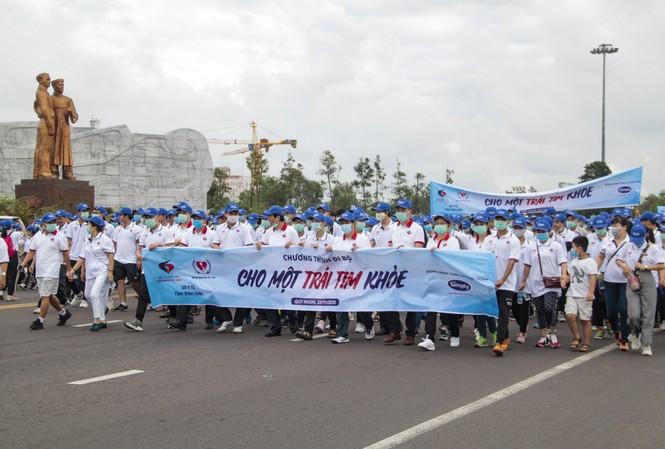 """Gần 3.000 người tham gia đi bộ """"cho một trái tim khỏe""""."""