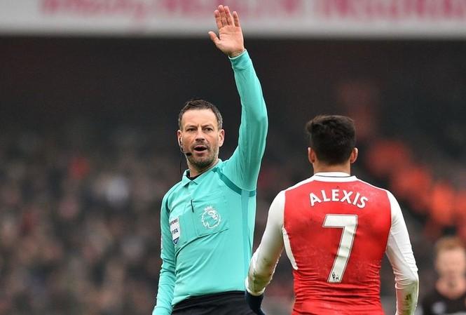 Mark Clattenburg thừa nhận sai lầm ở trận Arsenal thắng Hull City.