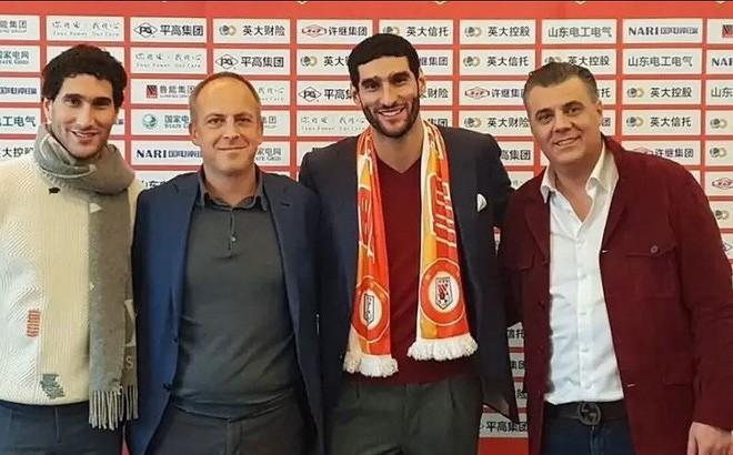 Marouane Fellaini trong ngày ra mắt Shandong Luneng.