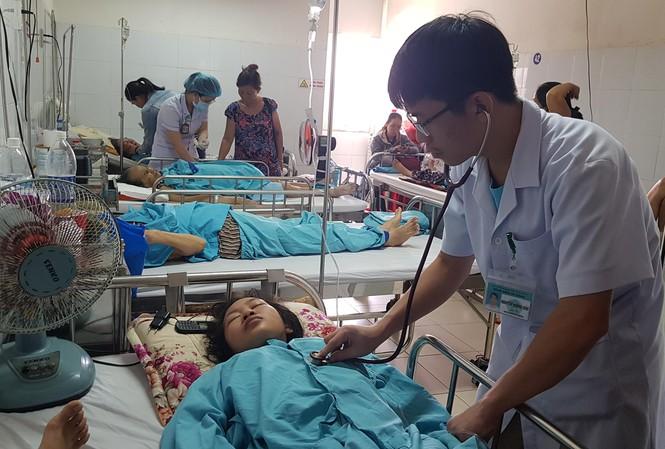 Bệnh nhân chữa trị sốt xuất huyết tại một bệnh viện ở Đà Nẵng