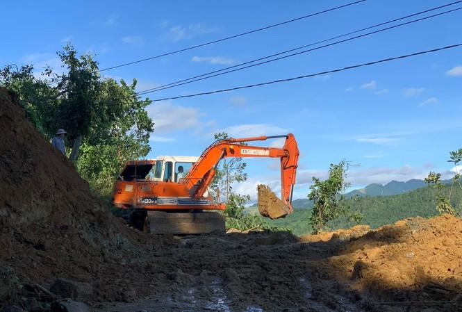 Các lực lượng cứu hộ cứu nạn đang tìm cách tiếp cận hiện trường vụ sạt lở nghiêm trọng ở huyện Nam Trà My