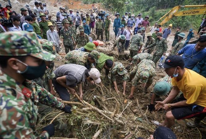 Các lực lượng vẫn tích cực tìm kiếm những nạn nhân mất tích trong vụ sạt lở ở Nam Trà My, Quảng Nam