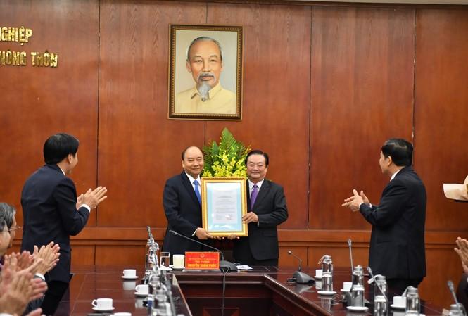 Thủ tướng Nguyễn Xuân Phúc trao quyết định điều động, bổ nhiệm ông Lê Minh Hoan, nguyên Bí thư tỉnh uỷ Đồng  Tháp làm Thứ trưởng Bộ NN&PTNT