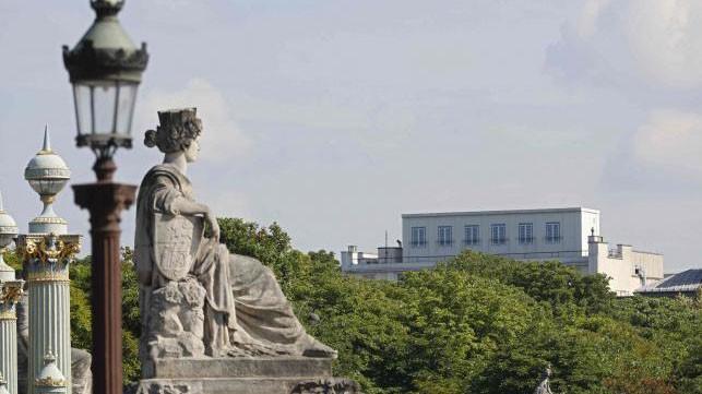 Tòa nhà đại sứ quán Mỹ tại Paris nhìn từ xa.