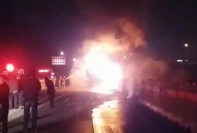Chiếc xe bốc cháy ngùn ngụt trên cao tốc tối ngày 13/10.