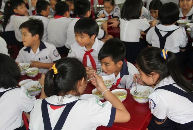Học sinh TPHCM trong giờ an trưa ở trường