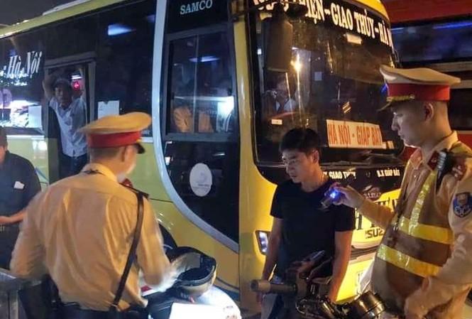 CSGT Hà Nội bắt ô tô nhồi nhét khách thông qua tin nhắn facebook