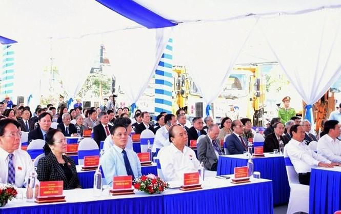 Thủ tướng Nguyễn Xuân Phúc dự lễ khởi công dự án cải tạo đường tỉnh 359 tại huyện Thủy Nguyên, TP Hải Phòng sáng 21/11.