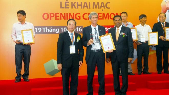 Ông Tal Cohen- Tổng phụ trách kỹ thuật trang trại TH (đứng giữa) nhận Giải thưởng ngày 19/10.