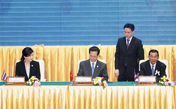 Thủ tướng Nguyễn Tấn Dũng ký Tuyên bố Phnom Penh thông qua Tuyên bố Nhân quyền ASEAN. Ảnh: TTXVN