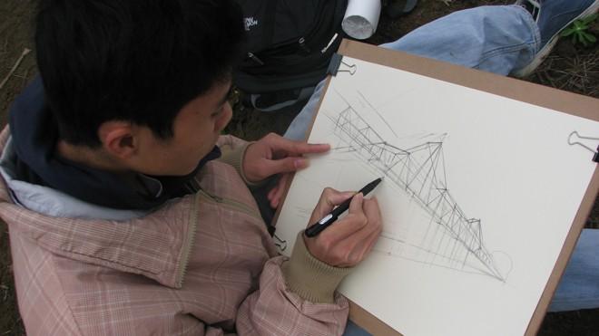 Sinh viên ký họa cầu Long Biên từ bãi giữa sông Hồng. Ảnh: Nguyễn Hà