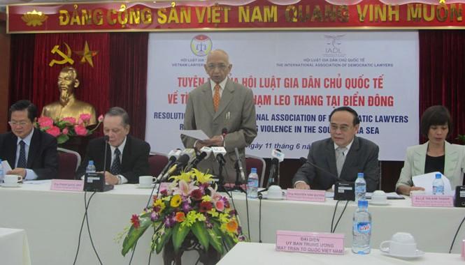 Ông Jitendra Sharman (giữa) đại diện Hội Luật gia Dân chủ Quốc tế đọc Tuyên bố về tình trạng vi phạm leo thang tại biển Đông.  Ảnh: Bình Giang