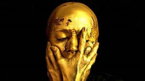 Sửng sốt với nghệ sĩ 'biến hình' thành cúp vàng World Cup