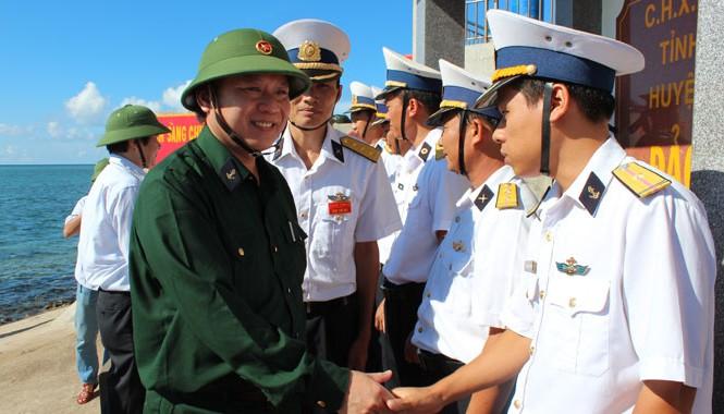 Thứ trưởng Trương Minh Tuấn (trái) trong chuyến thăm Trường Sa