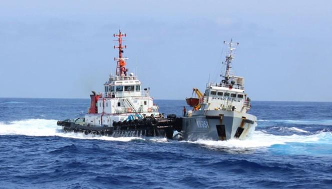Tàu đầu kéo Tân Hải 285 của Trung Quốc đâm tàu Kiểm ngư 951 (phải) của Việt Nam. Nguồn: Cảnh sát biển Việt Nam