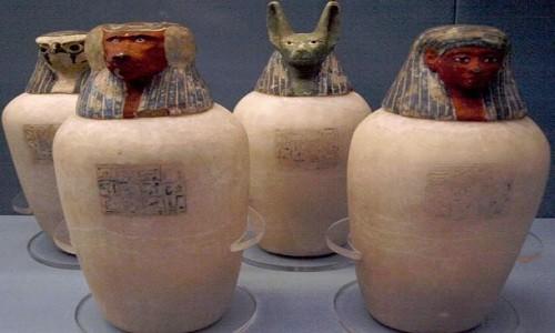 Những bình gốm tìm thấy trong hầm mộ DB320. Ảnh: Wikimedia Commons.