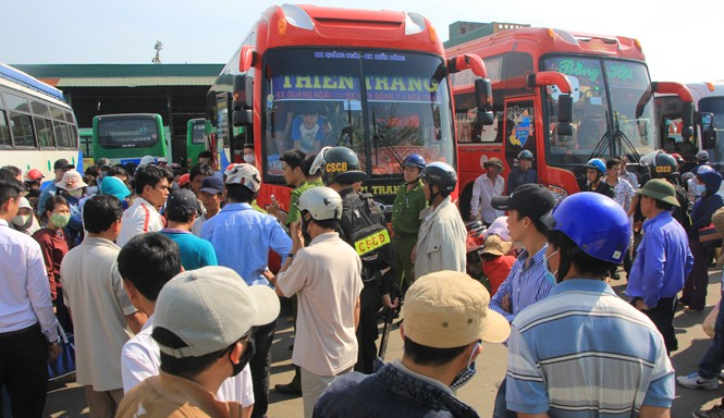 Chuyến xe khách Quảng Ngãi – TPHCM buộc phải nằm chờ tại bến suốt 3 giờ đồng hồ do tranh chấp giữa hai bên. Ảnh: Ngô Tùng.