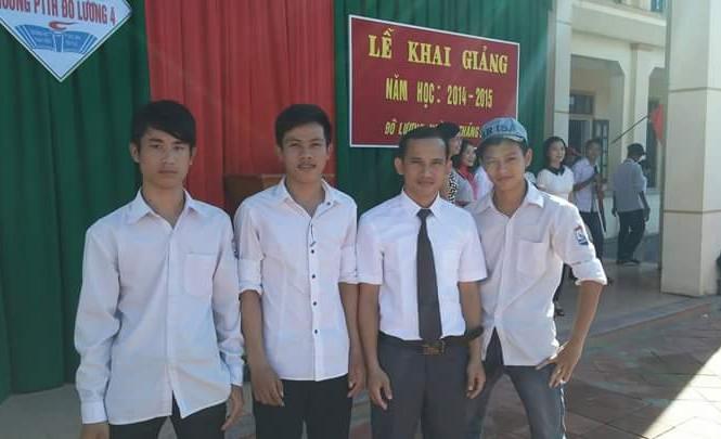 Nguyễn Trọng Nghĩa (thứ 2 từ trái sang) và bạn bè, thầy giáo tại trường làng.