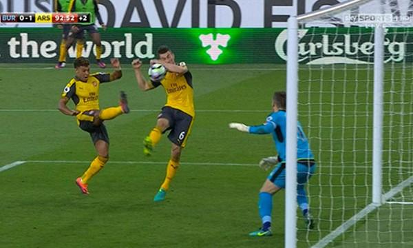 Bóng, từ chân Chamberlain, đã đập vào tay Koscielny rất rõ trước khi nẩy vào lưới, trong tình huống Arsenal ấn định thắng lợi 1-0 ở phút bù giờ. Ảnh: SkySports.