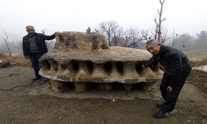 Ông Hạ Trường Quân, sống tại thành phố Tương Dương, tỉnh Hồ Bắc, Trung Quốc phát hiện một khối đá có hình dạng giống đĩa bay của người ngoài hành tinh, Youth hôm 28/12 đưa tin.