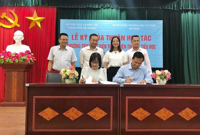 Bà Nguyễn Thị Hương – Phó Tổng Giám đốc ABBANK và Ông Nguyễn Xuân Trường – Giám đốc Sở Giáo dục & Đào tạo Hải Phòng cùng ký kết hợp tác Dự án Thư viện thân thiện.