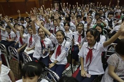 Các em học sinh hào hứng tham gia hoạt động giao lưu tại Lễ trao giải.