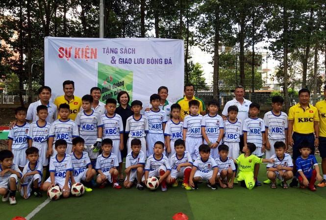 """""""Dinh dưỡng cho ngôi sao bóng đá"""" là tác phẩm nhà báo Nguyễn Nguyên chắp bút với sự hỗ trợ của các chuyên gia dinh dưỡng NutiFood."""