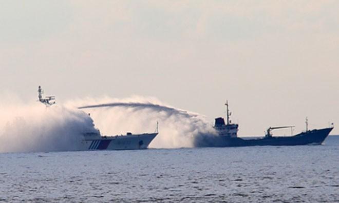 Tàu Hải cảnh Trung Quốc phun vòi rồng vào tàu Kiểm ngư của Việt Nam. (Ảnh: Trần Quỳnh)