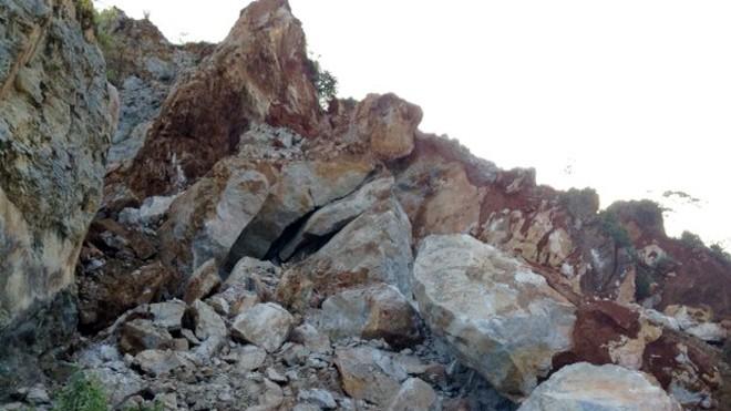 Hiện trường mỏ đá bị sạt lở, vùi lấp hai công nhân. Ảnh: Phạm Hải
