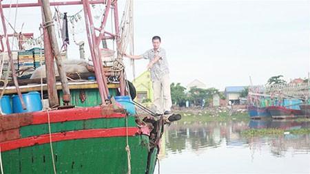 Tàu cá bị tàu mang số hiệu của Trung Quốc đâm thủng bên mạn trái và đuôi tàu đang neo chờ sửa chữa - Ảnh: Tiến Thắng
