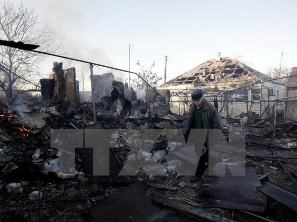 Nhà cửa bị phá hủy sau một vụ cháy nổ tại Lugansk. (Nguồn: AFP/TTXVN)