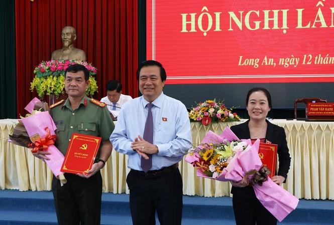 Bí thư Tỉnh ủy, Chủ tịch HĐND tỉnh Long An Phạm Văn Rạnh trao quyết định và chúc mừng các đồng chí Lê Hồng Nam, Huỳnh Thị Thu Năm.