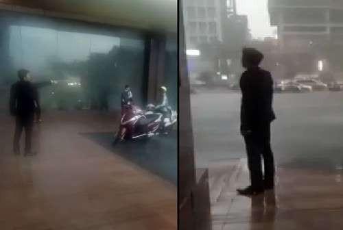 Bảo vệ khách sạn đuổi người trú mưa. Ảnh cắt từ clip