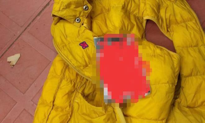 Cuốn sổ tiết kiệm nằm trong túi chiếc áo khoác phao màu vàng. Ảnh: VTC
