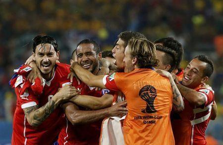 Các cầu thủ Chile ăn mừng chiến thắng quan trọng.