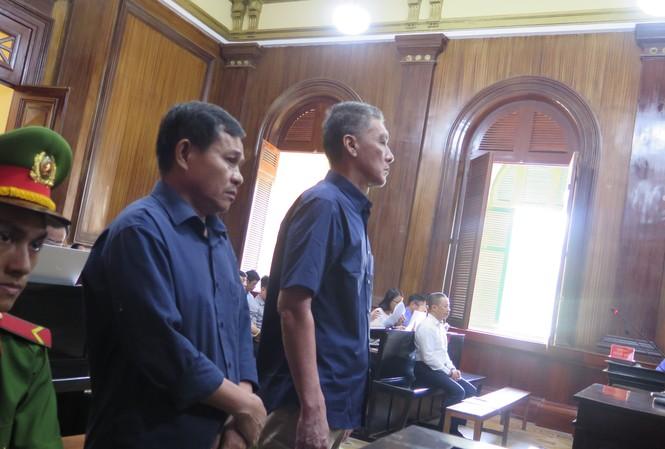 Hai bị cáo tại phiên tòa chiều nay 30/10. Ảnh: Tân Châu