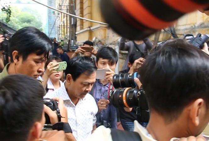 Ông Nguyễn Hữu Linh trong 'vòng vay' báo chí sáng 6/11. Ảnh: Tân Châu