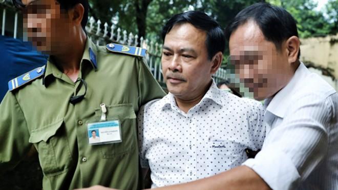 Cựu phó Viện trưởng VKSND TP Đà Nẵng - bị cáo Nguyễn Hữu Linh được bảo vệ tòa đưa vào phòng xử. Ảnh: VnExpress