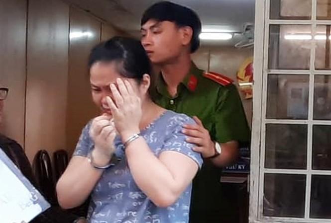 Cựu nhân viên hợp đồng của Cơ quan đại diện VKSND tối cao - bị cáo Nguyễn Thị Tân rời phòng xử với án phạt 7 năm tù. Ảnh: Tân Châu