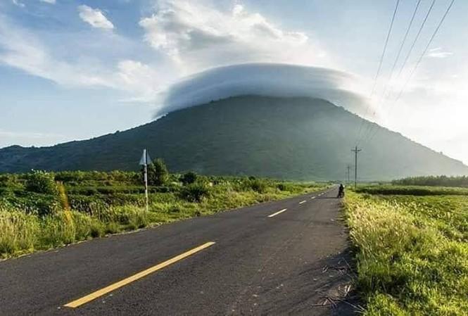 Núi Bà Đen Tây Ninh nhìn từ xa. Ảnh: M.L