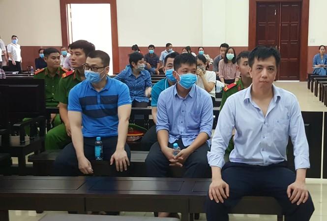 Các bị cáo trong vụ buôn lậu thuốc ung thư giả VN Pharma. Ảnh: Tân Châu.