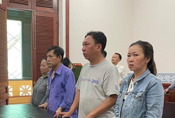 Phạm Quang Tiến (áo xanh, thứ 3 phải sang) tại phiên tòa.