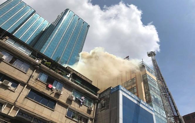 Video: Cháy lớn nhà hàng gần phố đi bộ Nguyễn Huệ